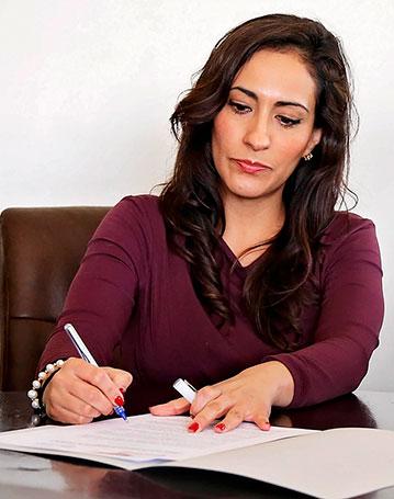 mujer-firmando